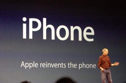 Steve Jobs iPhone'u tanıtıyor